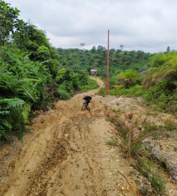 Jalan Menuju Desa Sanglap Semakin Hancur