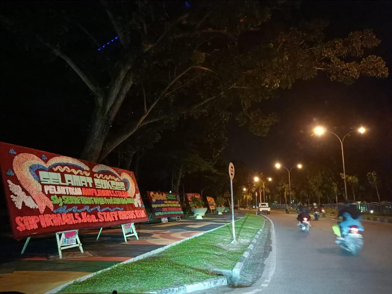 Ahad Malam, Gedung DPRD Riau Sudah Banjir Karangan Bunga Ucapan Selamat