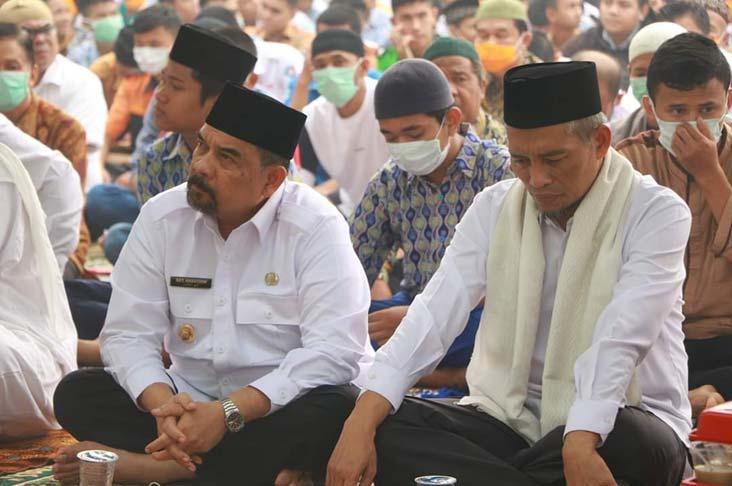 Dampingi Wagubri, Wawako Shalat Istisqa di Masjid Raya Pekanbaru