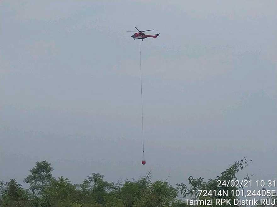 Water Bombing Padamkan Karhutla di Dumai-Rohil