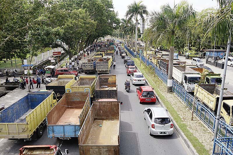 Ratusan Truk Macetkan Jalan Sudirman