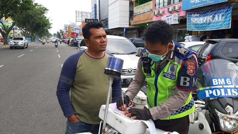 Polisi Tertibkan Kendaraan Parkir di Atas Trotoar