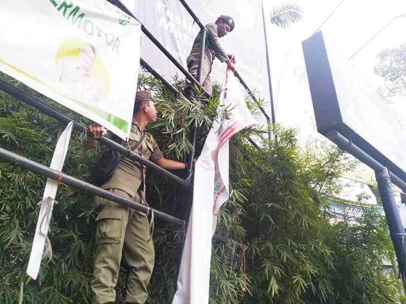 Puluhan Banner dan Spanduk Kedaluwarsa Ditertibkan
