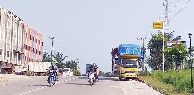 Dishub Diminta Tertibkan Truk Parkir di Badan Jalan