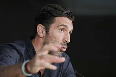One Two Lucy Olivier Tuntut Buffon Minta Maaf