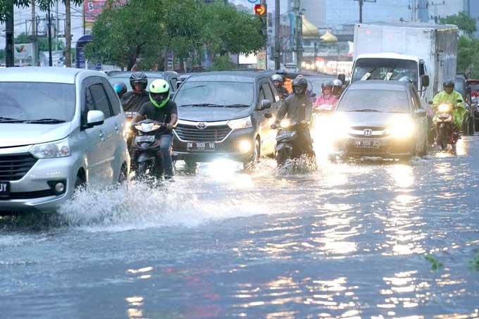 Banjir, Jalan Soebrantas Macet Parah
