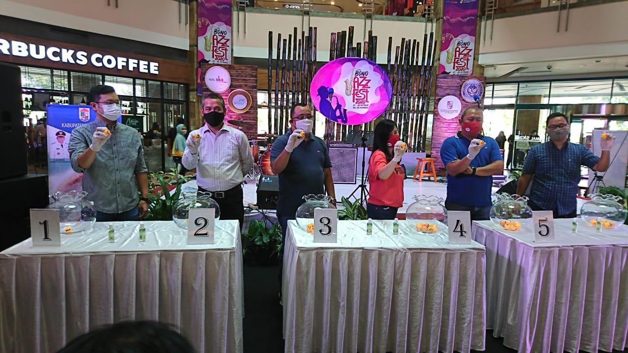Warga Jalan Riau Raih Undian Utama Shop and Win SKA Family Card