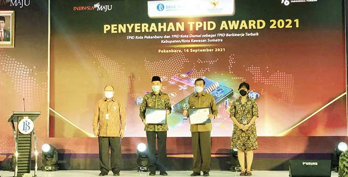 Kota Pekanbaru dan Dumai Terima Trofi dan Sertifikat TPID Award 2021