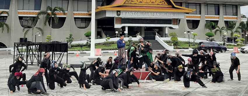 """Saat Kera-kera """"Serbu"""" Kantor Gubernur Riau"""