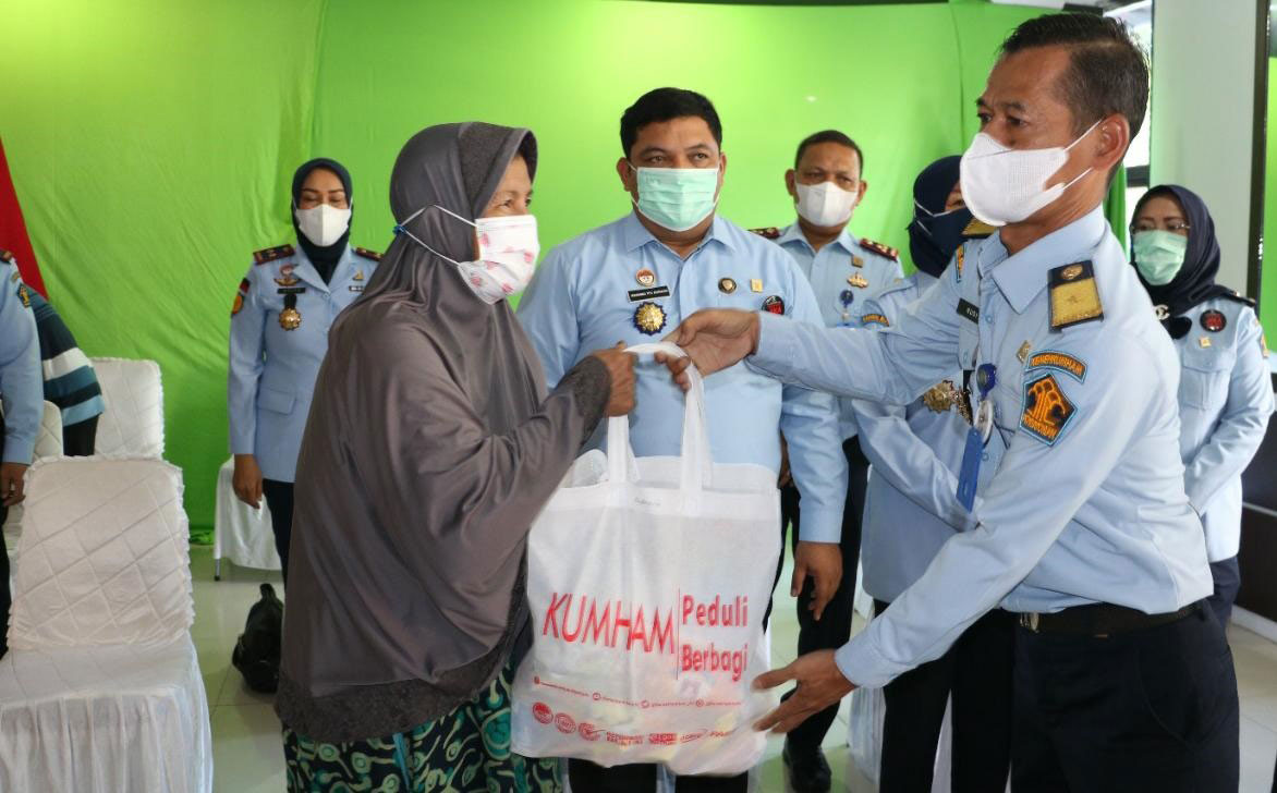 Kanwil Kemenkumham Riau Salurkan 1.288 Paket Sembako