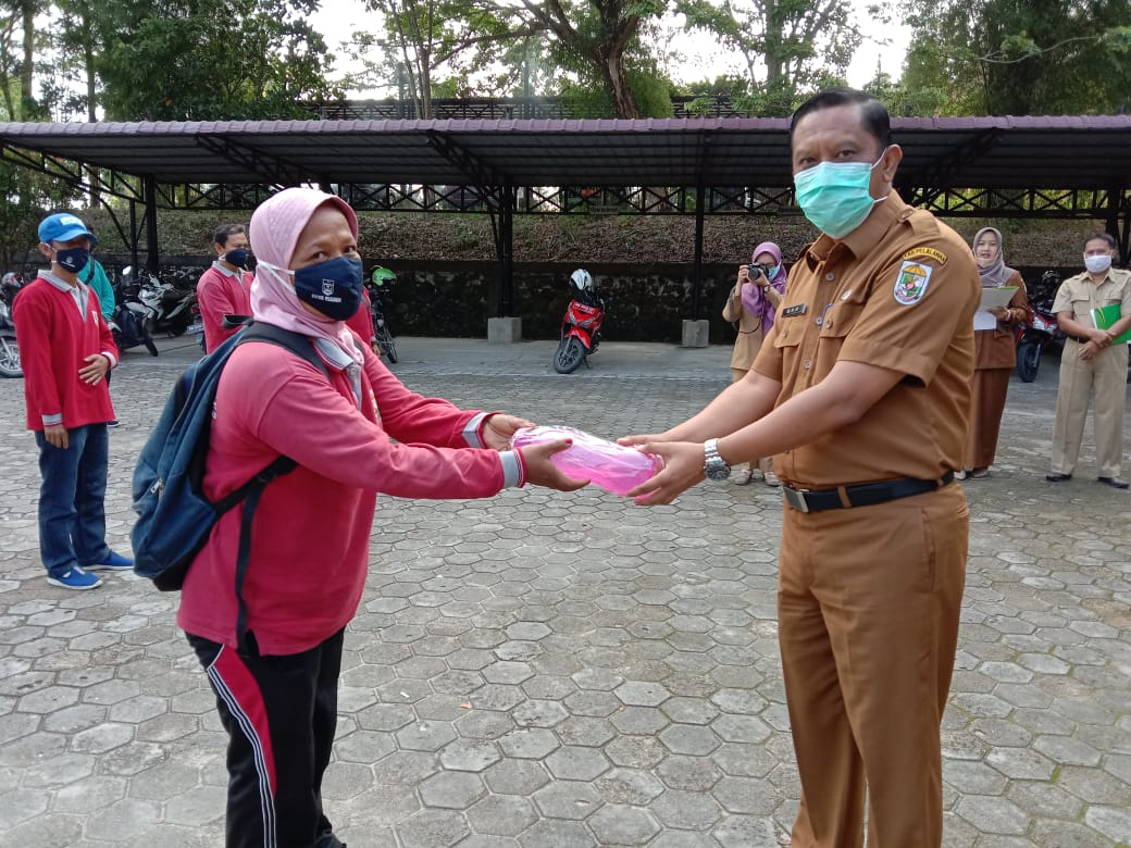 309 Petugas Kebersihan Pelalawan Dapat Bantuan Thumbler