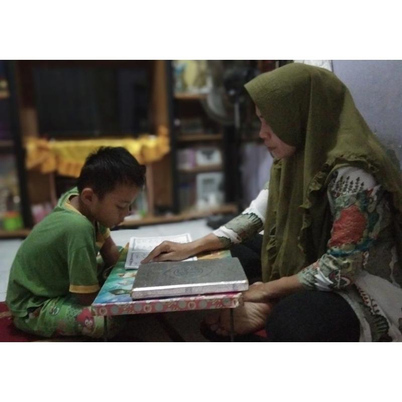 Sambil Meracik Kue Pesanan, Fokus Awasi Anak Belajar Daring
