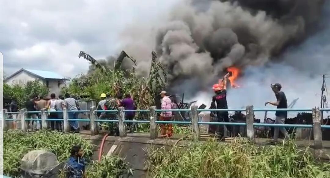 Satu Jam Mengamuk, Api di M Boya Tembilahan Berhasil Dijinakkan