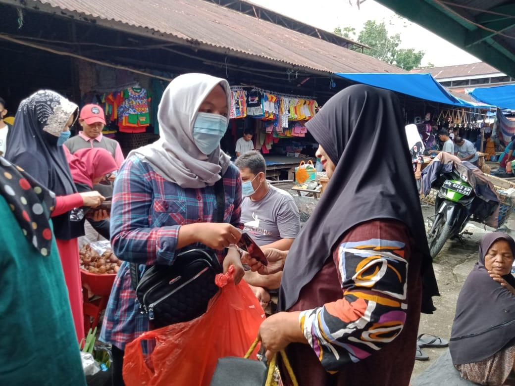 Kalangan Milenial HK Bagikan Masker di Pasar Benai