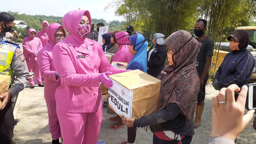 Bhayangkari Cabang Polres Siak Serahkan Bantuan Sembako dan Masker