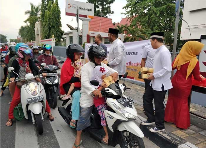 Bank Riau Kepri Berbagi Takjil di Bulan Ramadan