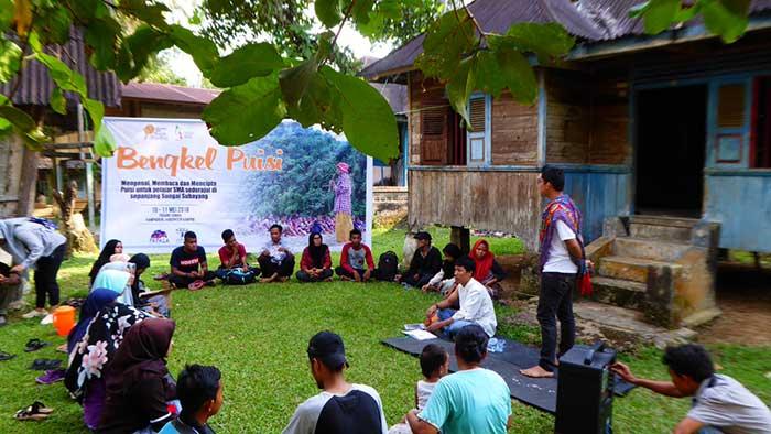 Halaman Rumah Tua Menjadi Salah Satu Lokasi Bengkel Puisi