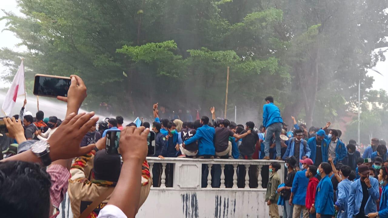 Ricuh, Massa Dihalau Water Canon dan Gas Air Mata