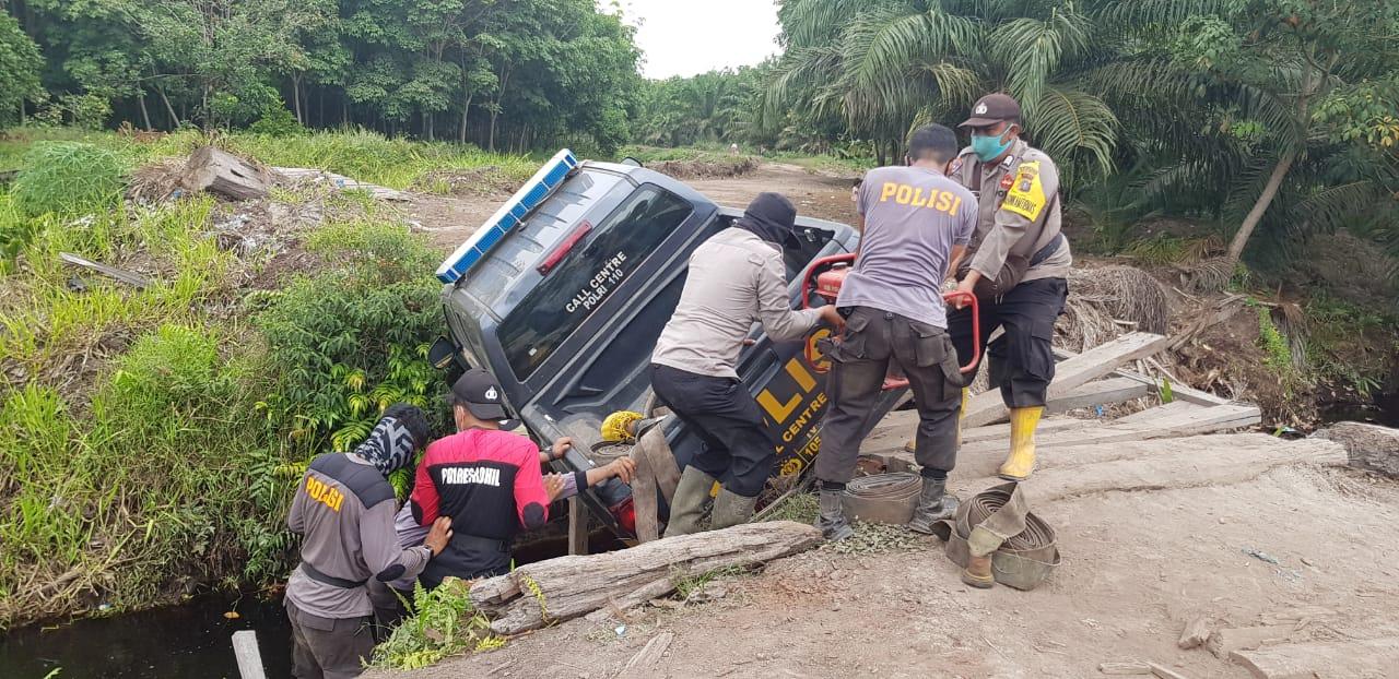Patroli Karhutla di Perbatasan Riau-Sumut, Mobil Petugas Masuk Parit