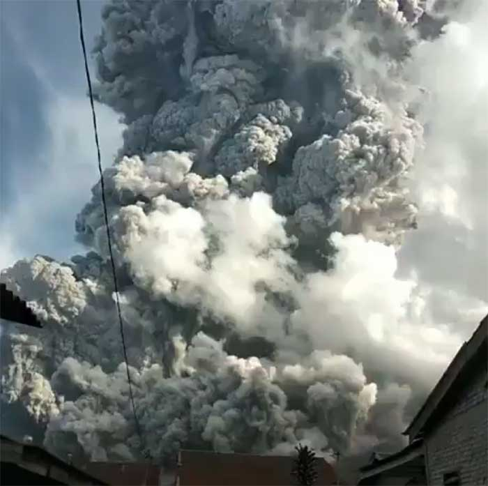 Sore Tadi Gunung Sinabung Meletus, Semburkan Abu Pekat