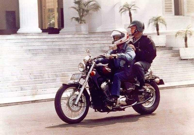 Pecinta Mercedes Benz dan Harley Davidson