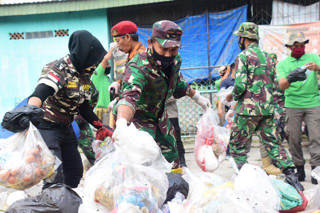 Jendral TNI Bintang Satu Ini Turun Langsung Angkut Sampah di Pekanbaru