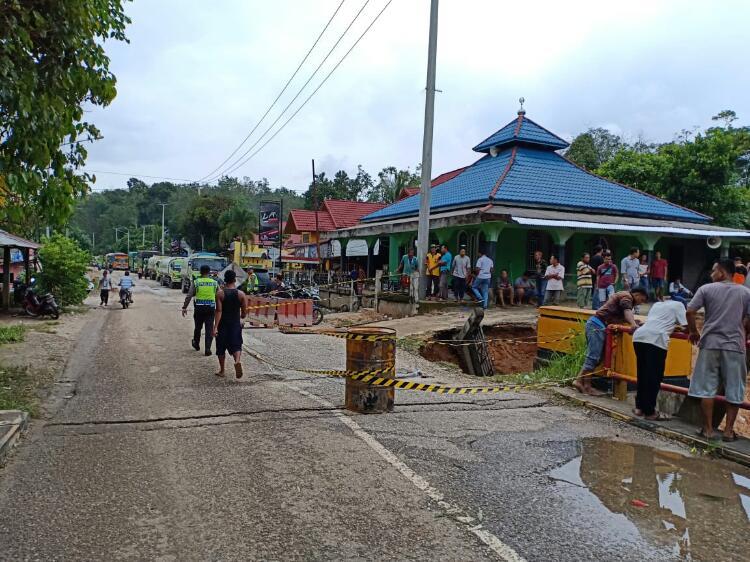 Pasca Banjir Bandang Kuansing, Ratusan Truk Dua Hari Terlantar