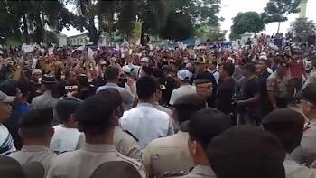 Massa Aksi Tertahan Blokade Pengamanan