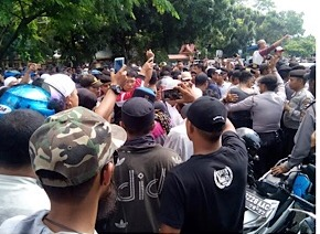 Massa Aksi dan Polisi Saling Dorong