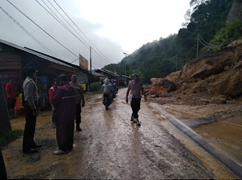 Jalan Riau-Sumbar Diterjang Tiga Titik Longsor