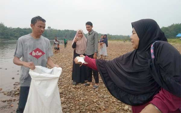 Masyarakat Padang Sawah Bongkar Lubuk Larangan