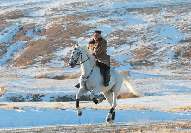 Bersantai, Kim Jong-un Berkuda di Hamparan Indah Gunung Paektu