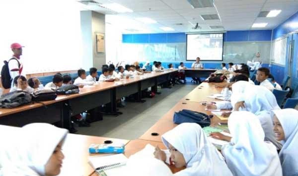 Education, Siswa SDN 024 Tanah Merah Belajar Menulis ke Riau Pos