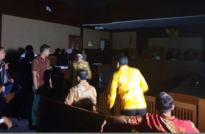 Listrik di Ruang Sidang Padam, Hakim Tunda Pembacaan Tuntutan