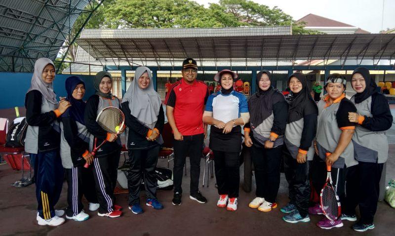 Misnarni Syamsuar Ikuti Pertandingan Tenis Persahabatan
