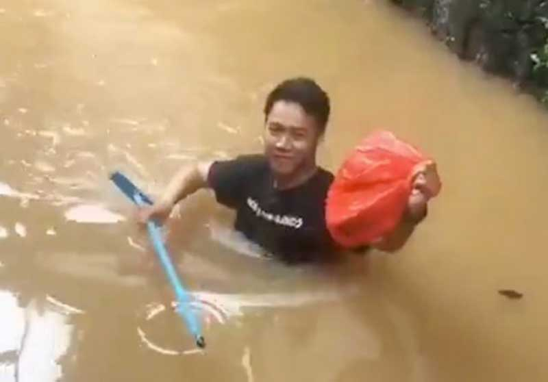 Kevin Terjang Banjir Demi Mengantar Makanan untuk Teman