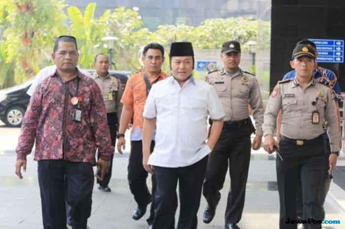 Adik Kandung Ketua MPR Membisu saat Tiba di Gedung KPK