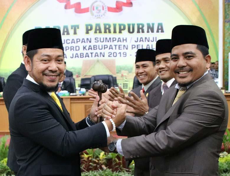 Kepala PN Pelalawan Mengambil Sumpah Jabatan 35 Anggota DPRD Baru
