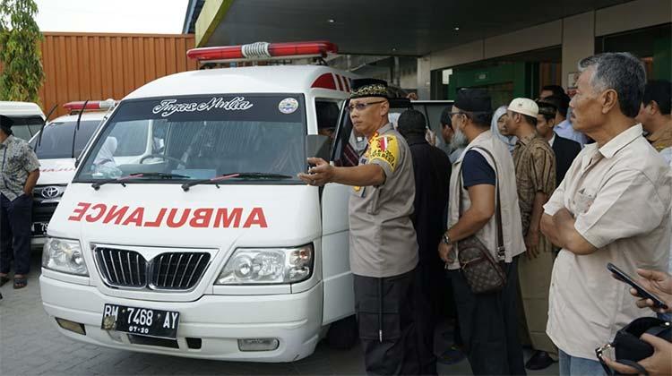 Dengan menggunakan Ambulance, Ibunda UAS langsung dibawa ke Asahan Sumatera Utara melalui jalur darat