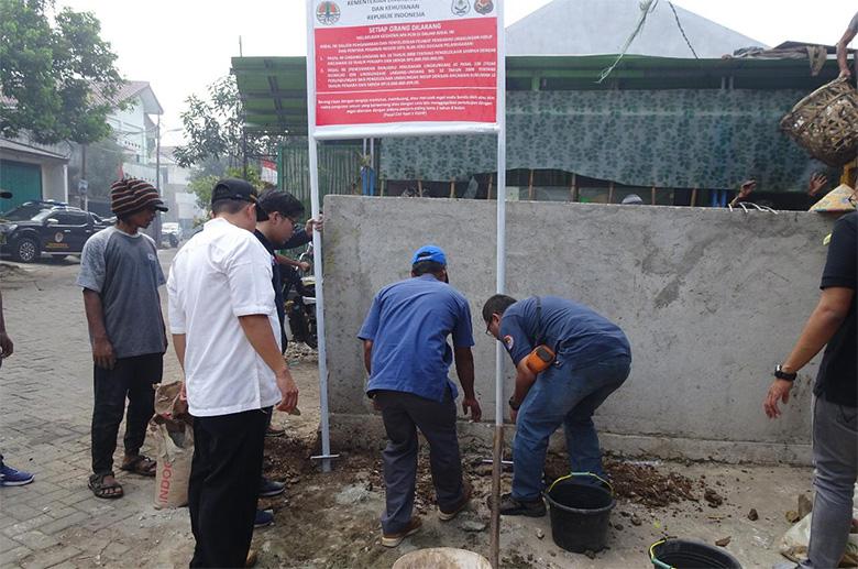 Tim Gakkum KLHK Segel TPS di Sudimara, Tangerang