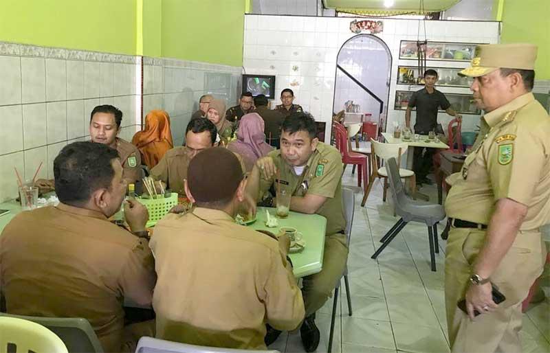 Puluhan ASN Pemprov Riau Kepergok Di Warung Kopi saat Jam Kerja