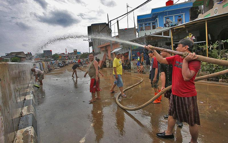 Banjir Sisakan Sampah, Lumpur, dan Pengungsi