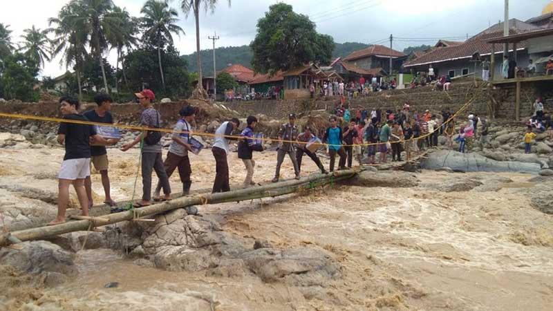 Warga, TNI dan Polri Bangun Jembatan Darurat