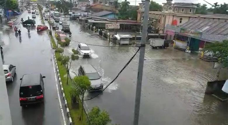 "Diguyur Hujan, Pekanbaru ""Berkuah"""