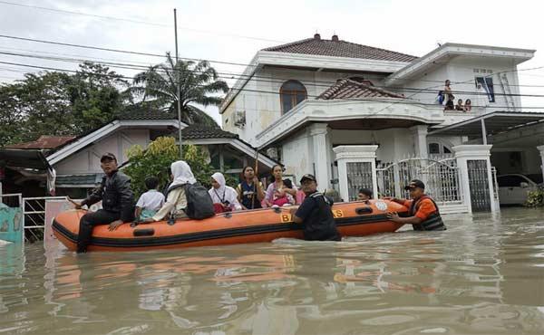 Ular dan Warga Sama-sama Selamatkan Diri dari Banjir