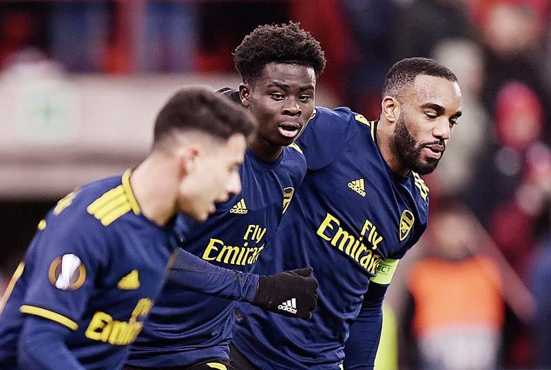 Arsenal Lolos Dramatis, MU Pesta Gol