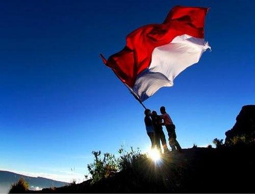 Diganggu Angin Kencang, Bendera Sempat Terpilin Saat Akan Dikibarkan
