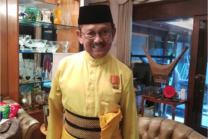 BJ Habibie Kenakan Baju Melayu Riau Hut ke-73 Di Istana Negara