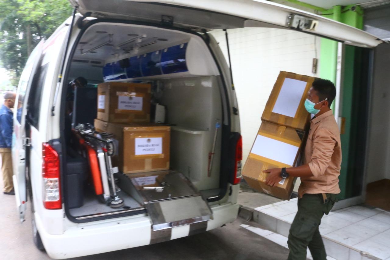 BBKSDA Riau Berikan Bantuan APD ke Paramedis RSUD Arifin Achmad