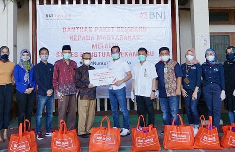 BNI Wilayah Padang Serahkan 1.000 Paket Sembako